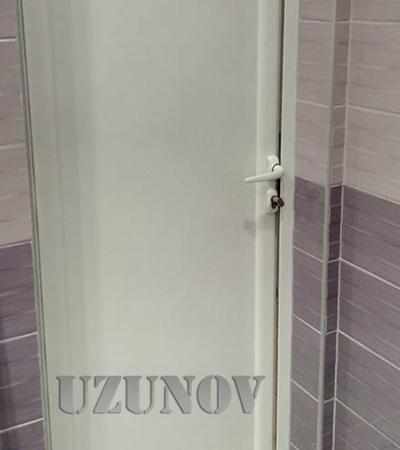 Бяла алуминиева врата с огледало и первази
