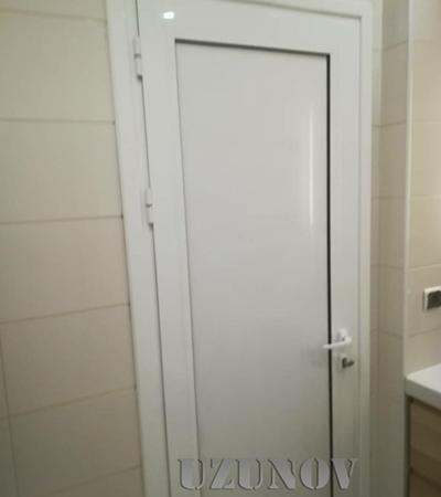 Бяла плътна алуминиева врата